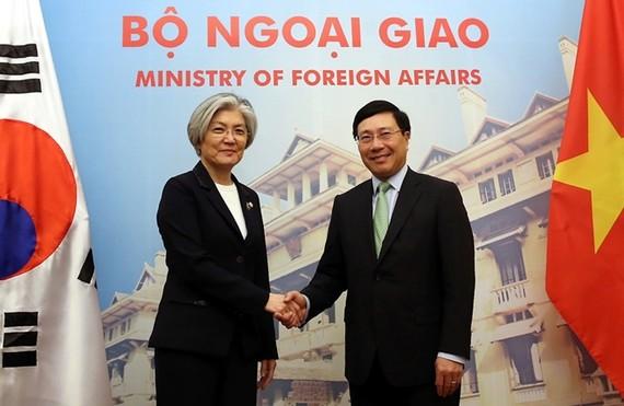 Phó Thủ tướng, Bộ trưởng Ngoại giao Phạm Bình Minh và Bộ trưởng Ngoại giao Hàn Quốc Kang Kyung Wha trước thềm cuộc hội đàm tại Nhà khách Chính phủ ngày 9-3-2018. Ảnh: VGP