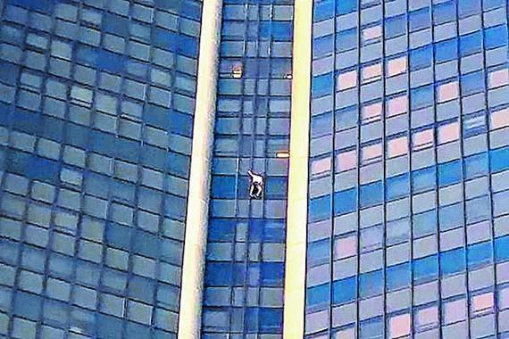 Người đàn ông đã bị cảnh sát bắt sau khi đang leo trên mặt tiền tòa Tour Montparnasse