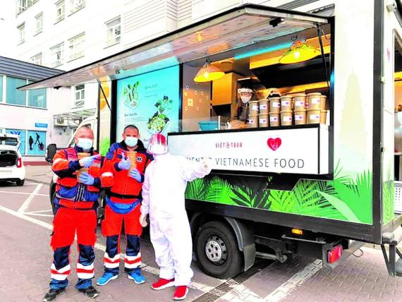 Anh Sơn tặng các bác sĩ, đội ngũ y tế ở Warsaw những bữa ăn miễn phí