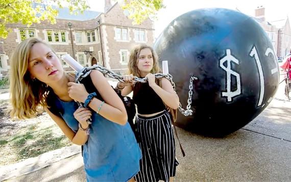 Các sinh viên Đại học Washington kéo quả bóng tượng trưng cho khoản nợ học phí của mình. Ảnh: Getty Images