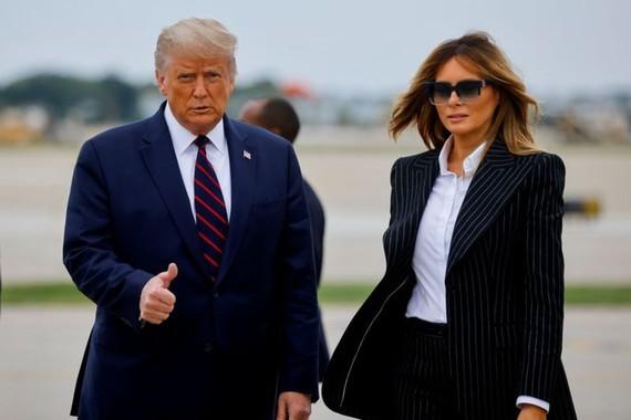 Tổng thống Mỹ Donald Trump và Đệ nhất phu nhân Melania Trump tại Sân bay Quốc tế Cleveland Hopkins ở Cleveland, Ohio, Mỹ, ngày 29-9-2020. Ảnh: REUTERS