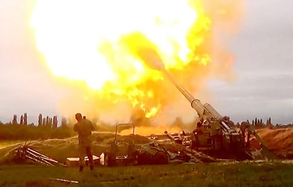 Binh sĩ Azerbaijan nã pháo về phía lực lượng Armenia trong cuộc xung đột tại khu vực tranh chấp Nagorno - Karabakh