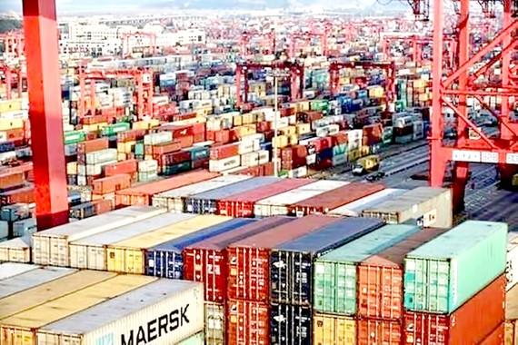 Vận chuyển hàng hóa tại cảng container ở Los Angeles, Mỹ