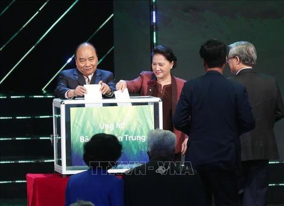 Thủ tướng Nguyễn Xuân Phúc và Chủ tịch Quốc hội Nguyễn Thị Kim Ngân quyên góp ủng hộ đồng bào miền Trung bị thiệt hại do mưa lũ. Ảnh: TTXVN