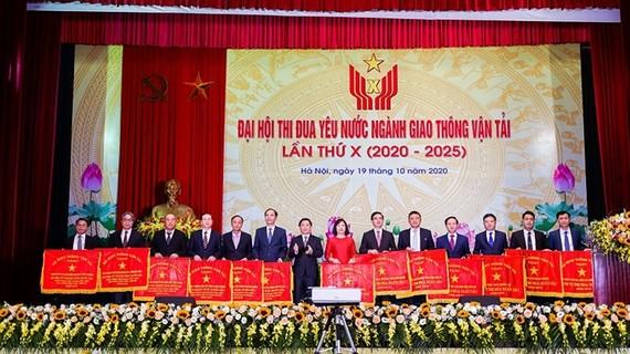 Bộ trưởng Bộ GTVT Nguyễn Văn Thể trao Cờ thi đua tặng các tập thể có thành tích xuất sắc trong phong trào thi đua phát triển GTVT nông thôn – miền núi năm 2019. Ảnh: Dangcongsan.vn