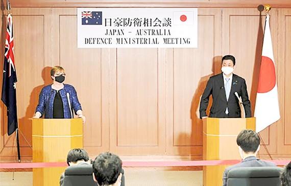 Bộ trưởng Quốc phòng Australia Linda Reynolds (trái) với Bộ trưởng Quốc phòng Nhật Bản Kishi Nobuo