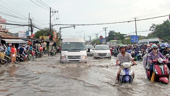 Tuyến đường Bến Bình Đông (quận 8, TPHCM) bị ngập nặng sau cơn mưa chiều 31-10