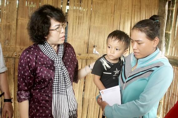 Chủ tịch Ủy ban MTTQ Việt Nam TPHCM Tô Thị Bích Châu thăm hỏi một hộ dân xã Sơn Trung, Sơn Hà, Quảng Ngãi