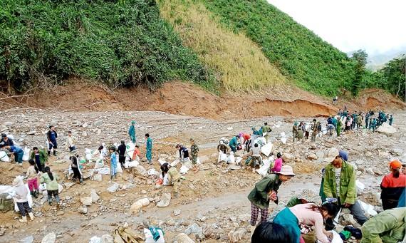 Bị cô lập sau bão, người dân xã Phước Thành băng rừng đến xã Phước Kim cõng hàng về