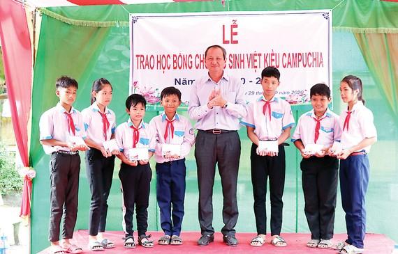 Ông Lưu Hoàng Tân - Chủ tịch, Giám đốc Công ty TNHH MTV Xổ số kiến thiết Đồng Tháp trao học hổng cho các em