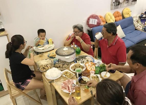 Giảm muối trong các bữa ăn hàng ngày giúp đẩy lùi bệnh tật. Ảnh: HOÀNG HÙNG