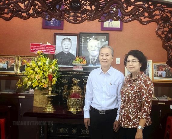 Đồng chí Tô Thị Bích Châu cùng gia đình tham quan phòng trưng bày thân thế và sự nghiệp Luật sư Nguyễn Hữu Thọ tại nhà riêng. Ảnh: hcmcpv