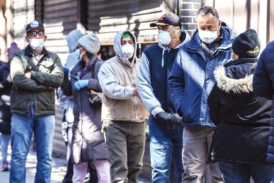 Người dân New York xếp hàng xin trợ cấp thất nghiệp. Ảnh: Getty