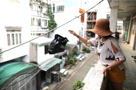 Vứt rác vô tội vạ từ chung cư xuống đất. Ảnh: DŨNG PHƯƠNG