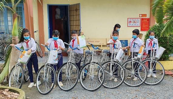 Học sinh nghèo hiếu học ở huyện Dương Minh Châu với niềm vui được tặng xe đạp mới