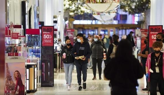 Người dân chọn mua hàng sale trong ngày Black Friday tại cửa hàng của Hãng Macy ở New York, Mỹ ngày 27-11-2020. Ảnh: THX/TTXVN