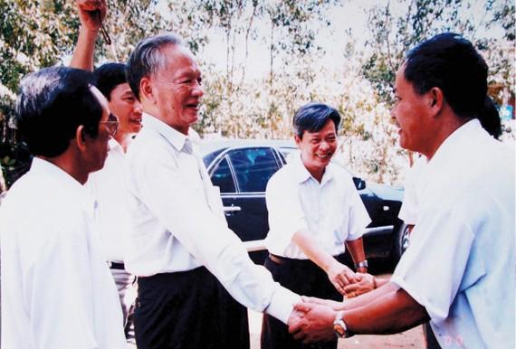 Cố Chủ tịch nước, Đại tướng Lê Đức Anh trong một lần về thăm, làm việc tại quê hương Thừa Thiên - Huế. Ảnh: Tư liệu