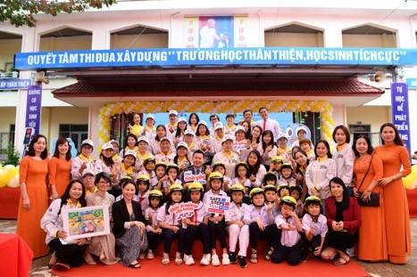 Các đại biểu chụp hình lưu niệm cùng các thầy cô và các em học sinh tại Lễ phát động