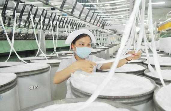 Sơ chế sợi tại Tổng Công ty cổ phần Phong Phú. Ảnh CAO THĂNG