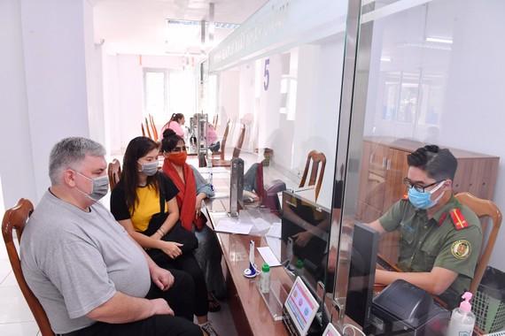 Kiều bào làm thủ tục thị thực tại Phòng Quản lý xuất nhập cảnh (PA08), Công an TPHCM. Ảnh: VIỆT DŨNG