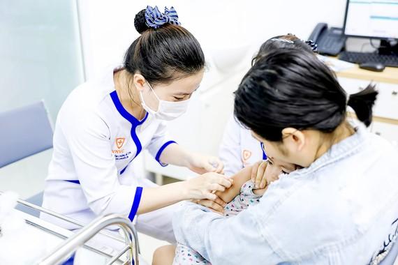 Phụ huynh nên đưa trẻ đi tiêm đủ mũi, đủ liều, đúng lịch trình để bảo vệ sức khỏe cho trẻ và thành quả tiêm chủng, Ảnh: MINH NAM