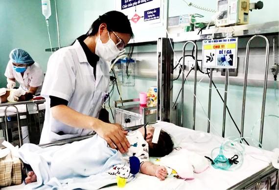 Trẻ nhỏ mắc cúm đang được điều trị tại Bệnh viện Nhi Trung ương. Ảnh: QUỐC KHÁNH