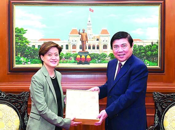 Chủ tịch UBND TPHCM Nguyễn Thành Phong tặng quà lưu niệm Đại sứ Singapore Catherine Wong. VIỆT DŨNG
