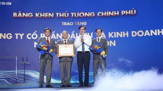Ban giám đốc SWIC nhận bằng khen của Thủ tướng Chính phủ