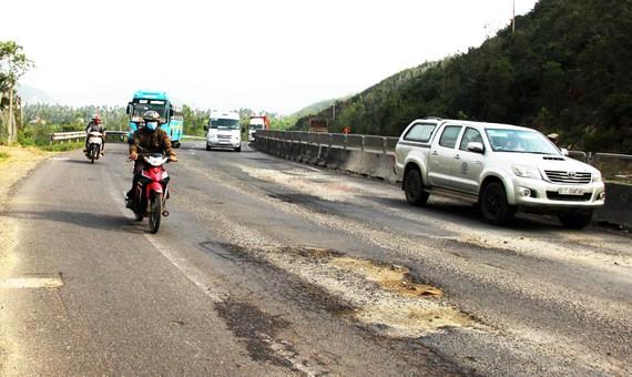 Mặt đường QL1A, đoạn qua xã Xuân Thịnh (thị xã Sông Cầu, Phú Yên) nát bươm. Ảnh: NGỌC OAI