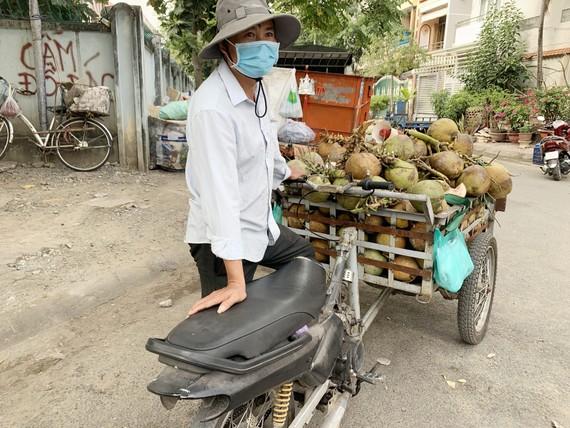 Phương tiện xe máy cũ nát vẫn được sử dụng để vận chuyển hàng hóa. Ảnh: CHÍ THẠCH