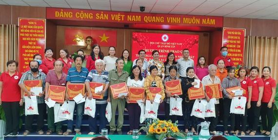 Bà con nhận quà từ Chương trình Tết vì người nghèo và nạn nhân chất độc da cam Xuân Tân Sửu 2021