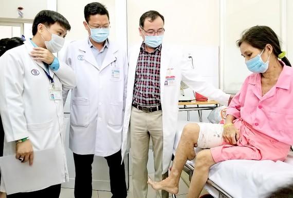 Bác sĩ thăm hỏi chị T. sau ca phẫu thuật thành công