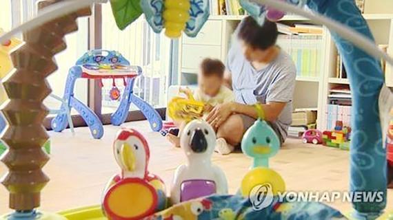 Đàn ông Hàn Quốc nghỉ phép ở nhà chăm con