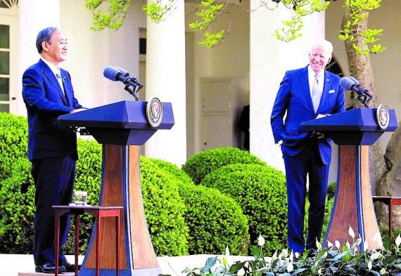 Thủ tướng Yoshihide Suga và Tổng thống Joe Biden trong cuộc họp báo tại Nhà Trắng. Ảnh: Kyodo