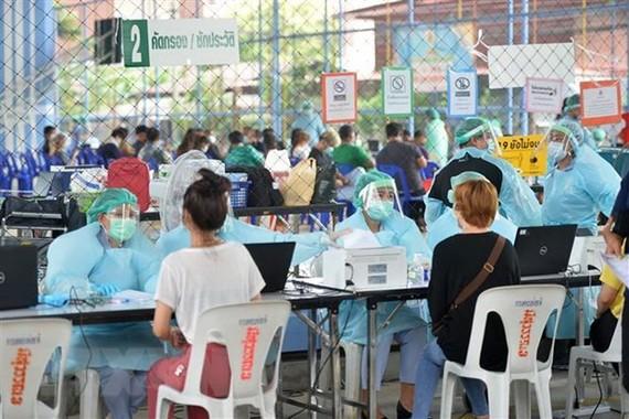 Người dân đăng ký tiêm vaccine ngừa COVID-19 tại Bangkok, Thái Lan. Ảnh: THX/TTXVN