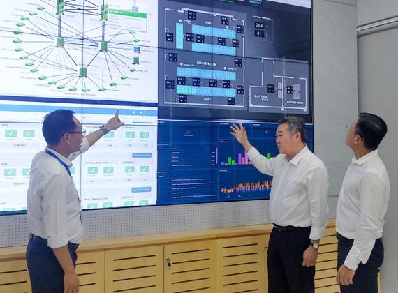 Chủ tịch HĐTV EVNHCMC Phạm Quốc Bảo (thứ 2 từ phải qua) làm việc tại Trung tâm dữ liệu Điện lực TPHCM