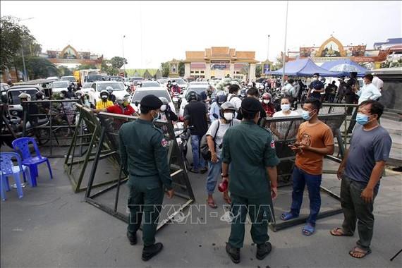 Cảnh sát phong tỏa một tuyến phố để phòng dịch Covid-19 tại Phnom Penh, Campuchia. Ảnh: THX/TTXVN