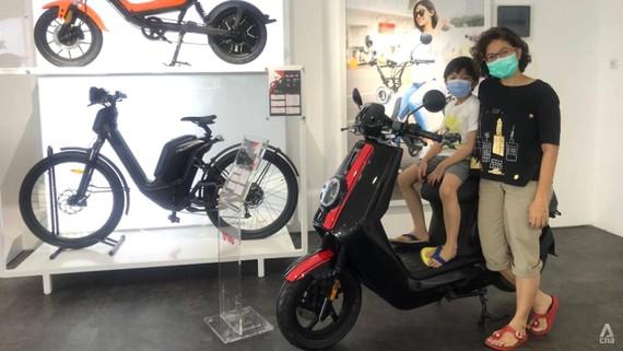 Một phòng trưng bày xe máy điện ở Jakarta, Indonesia