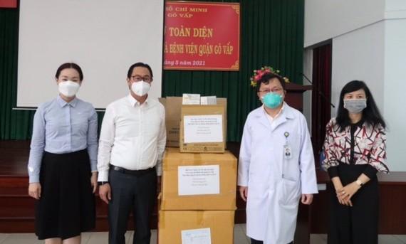 Trao tặng Bệnh viện Quận Gò Vấp 200 bộ quần áo bảo hộ chống dịch, 200 khẩu trang N95, 200 kính chống giọt bắn
