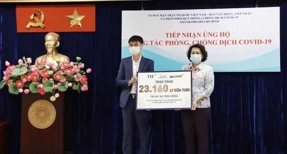Chiều 3-6, Tập đoàn TH đã trao tặng những ly sữa tươi sạch góp sức chống dịch cùng TPHCM