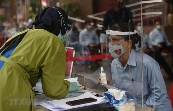 Một điểm xét nghiệm Covid-19 tại Jakarta của Indonesia. Ảnh: THX/TTXVN