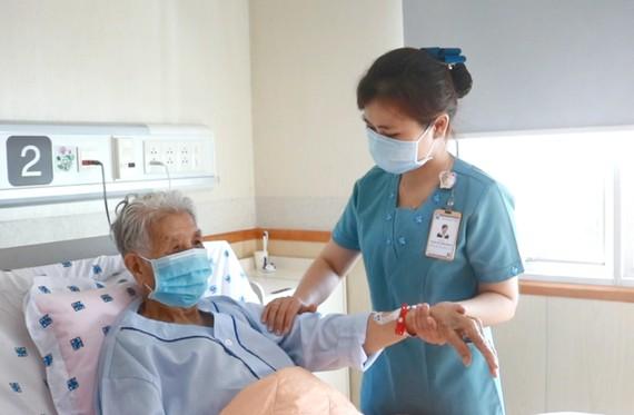 Nhân viên y tế chăm sóc và điều trị cho bệnh nhân mắc bệnh mạn tính