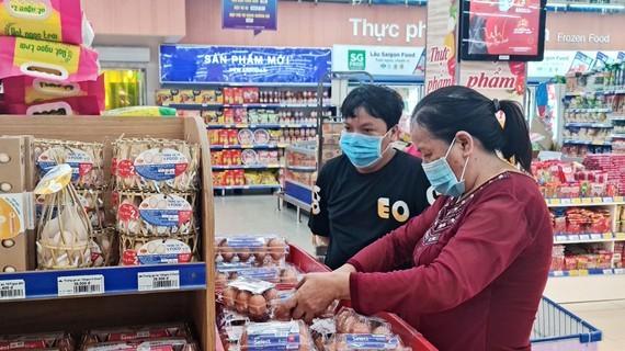 Khách hàng mua thực phẩm tại hệ thống siêu thị Co.opmart