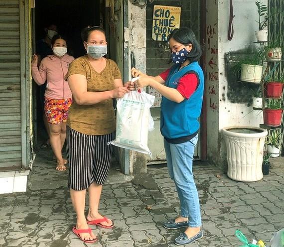 Những món quà thiết thực đến tay người nghèo ở đường Bùi Văn Ba (quận 7)
