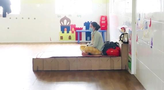 Những chiếc giường giấy được đưa vào khu cách ly tại Trường Mầm non Đỗ Quyên (phường Bình Hưng Hòa). Ảnh: HỒ LÊ