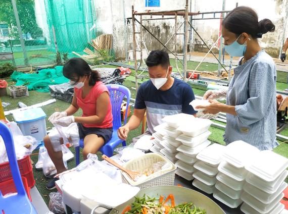 Bếp dã chiến chuẩn bị những phần cơm gửi tặng y bác sĩ, tình nguyện viên