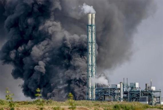 Khói bốc lên ngùn ngụt từ hiện trường vụ nổ ở khu công nghiệp sản xuất hóa chất Chempark, thành phố Leverkusen (Đức), ngày 27-7-2021. Ảnh: DPA/TTXVN