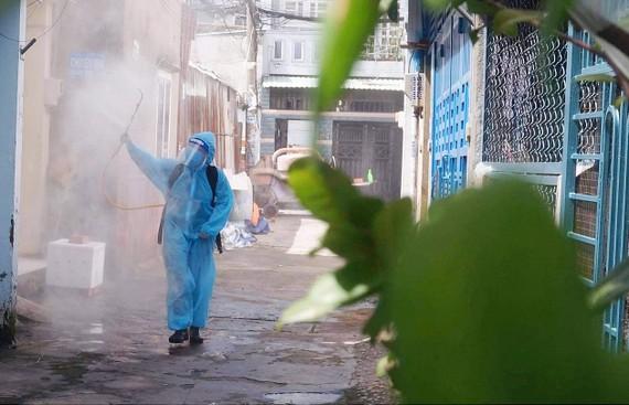 Phạm Thị Anh Tú, thành viên nữ của biệt đội phun xịt khử khuẩn phản ứng nhanh