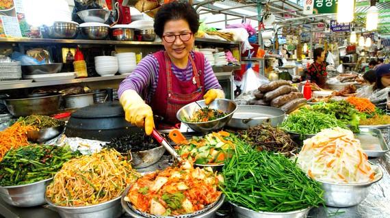 Một gian hàng bán thức ăn chay ở chợ Gwangjang, Seoul