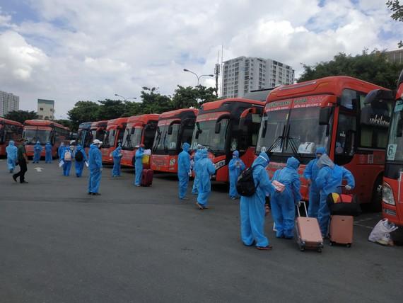 Người dân được đưa về quê tại Bến xe Miền Đông trong thời gian giãn cách